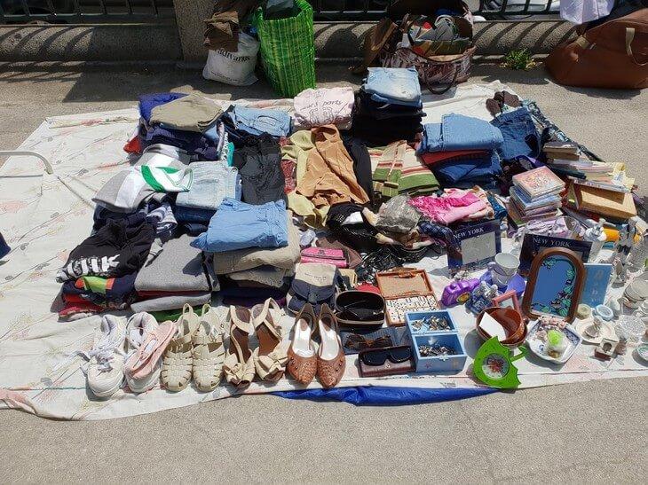 Calçado, roupa e livros em 2ª mão