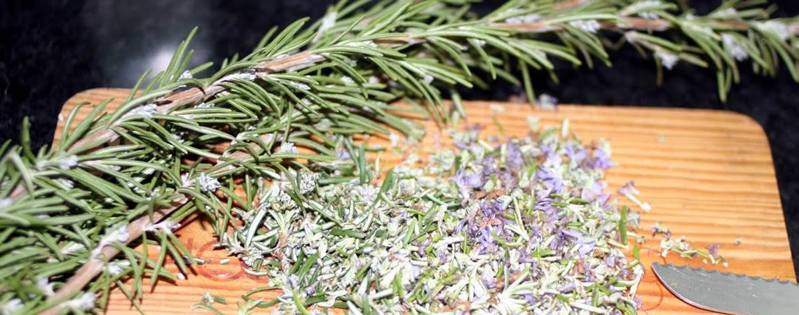 Sabão aromatizado com Alecrim - separe e corte as folhas e flores.